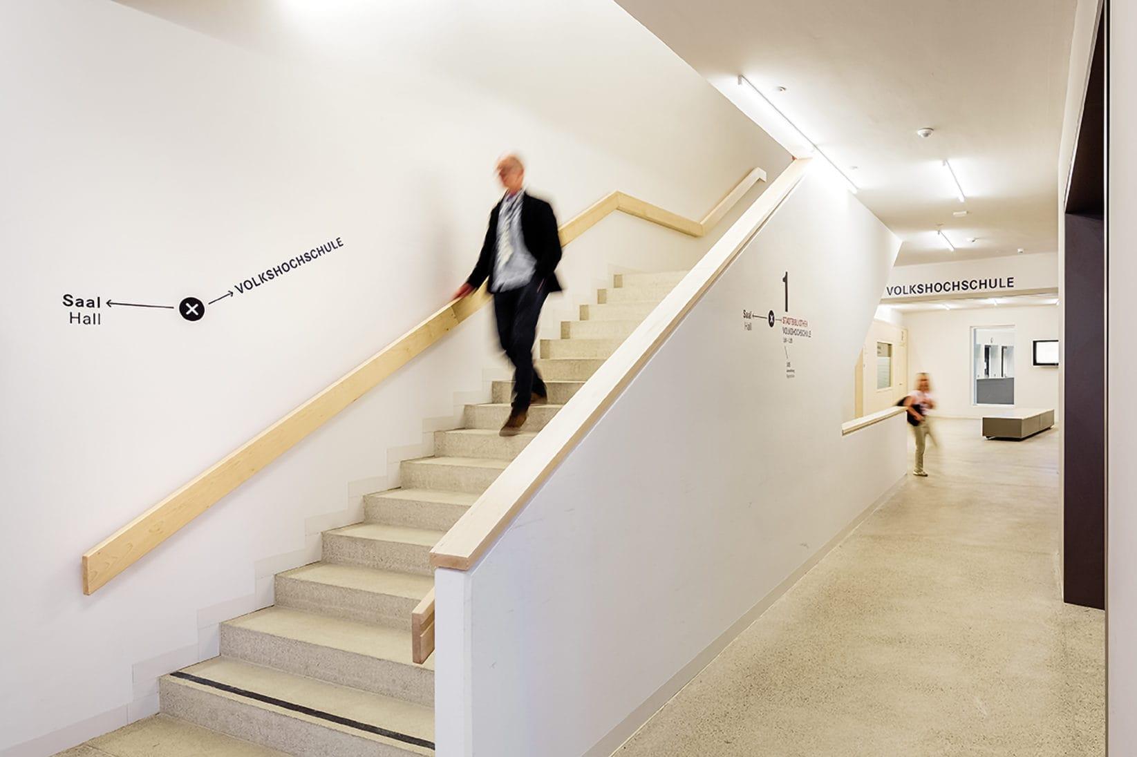 Haus der Bildung Wegweiser Treppen