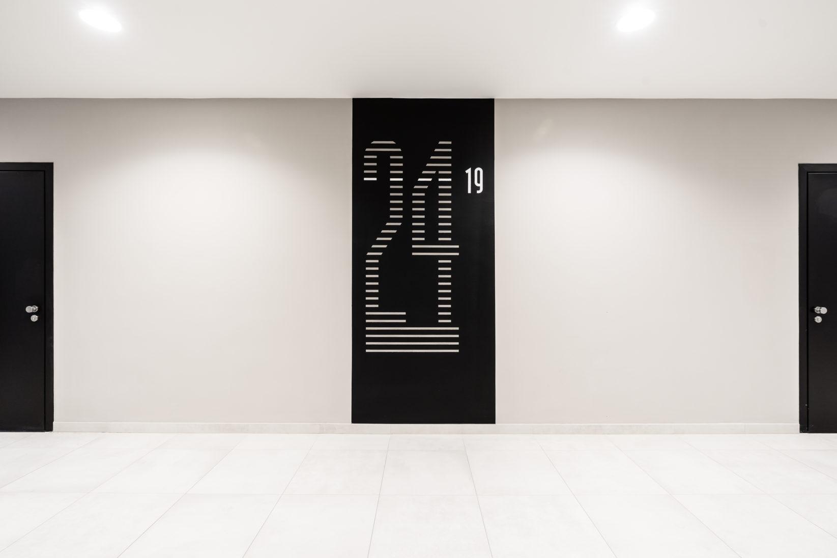 TheIcon Wien Signage Zahlen Installation Aufzug