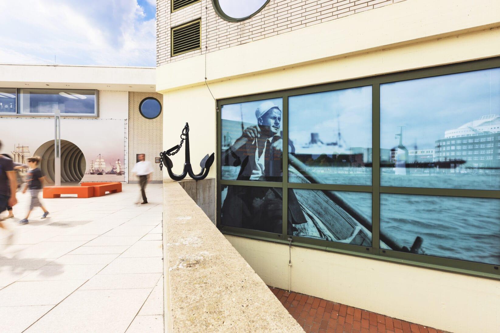 Corporate Identity DSM Schiffahrtsmuseum Außenbereich Eingang Schiffer Bild Matrose