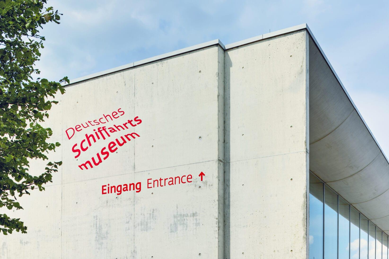 Leitsystem DSM Schifffahrtsmuseum Ausßenbereich Gebaeude Logo
