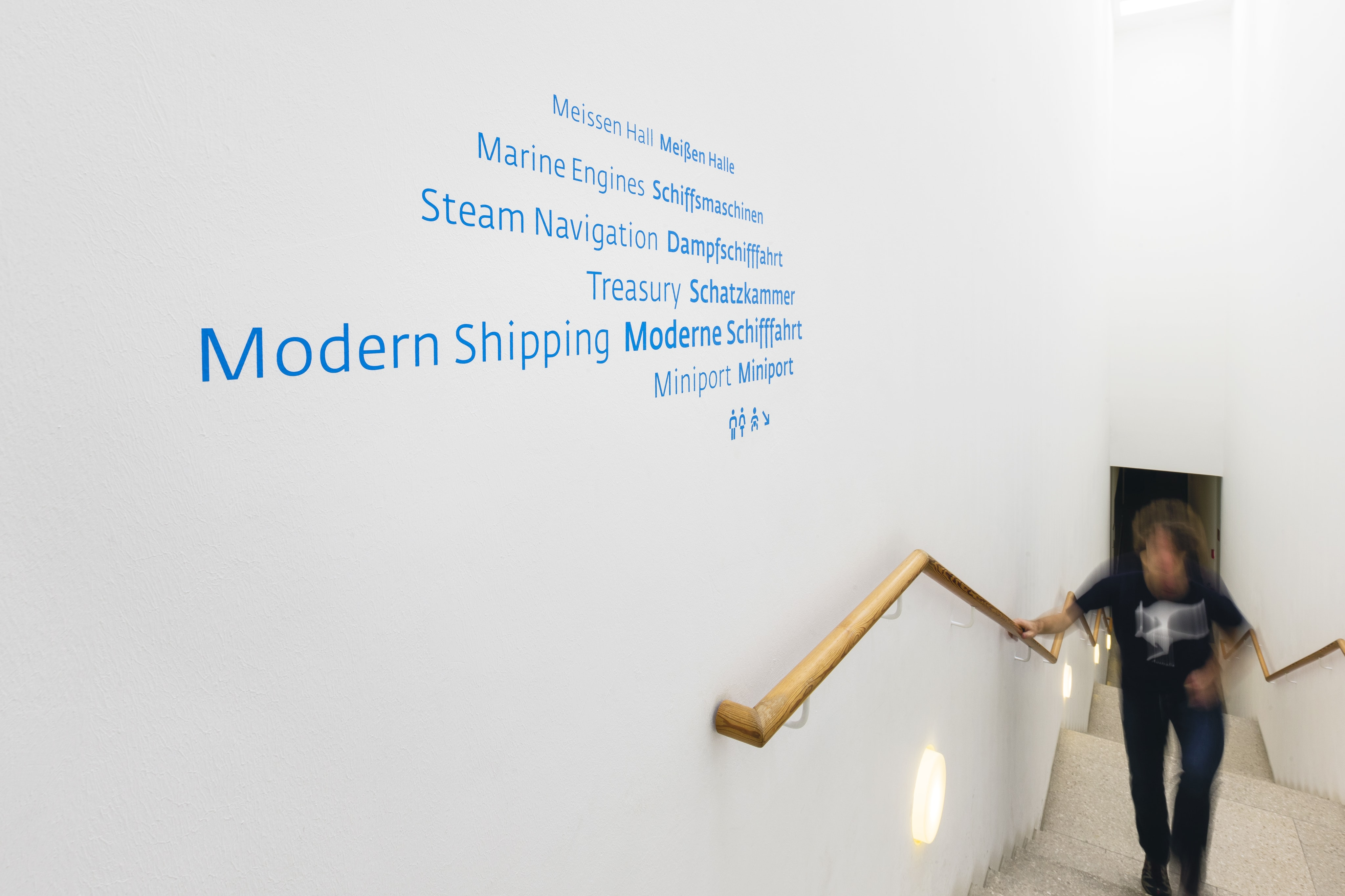 Leitsystem DSM Schifffahrtsmuseum Bereich Schwarm Wegweiser Treppe