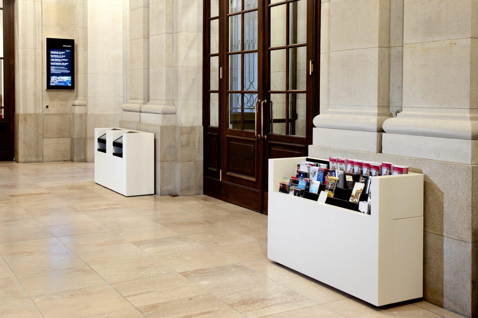 Museumsinsel Berlin Leitsystem Signaletik Gesamtkonzept Innenraum Servicemöbel Flyerständer