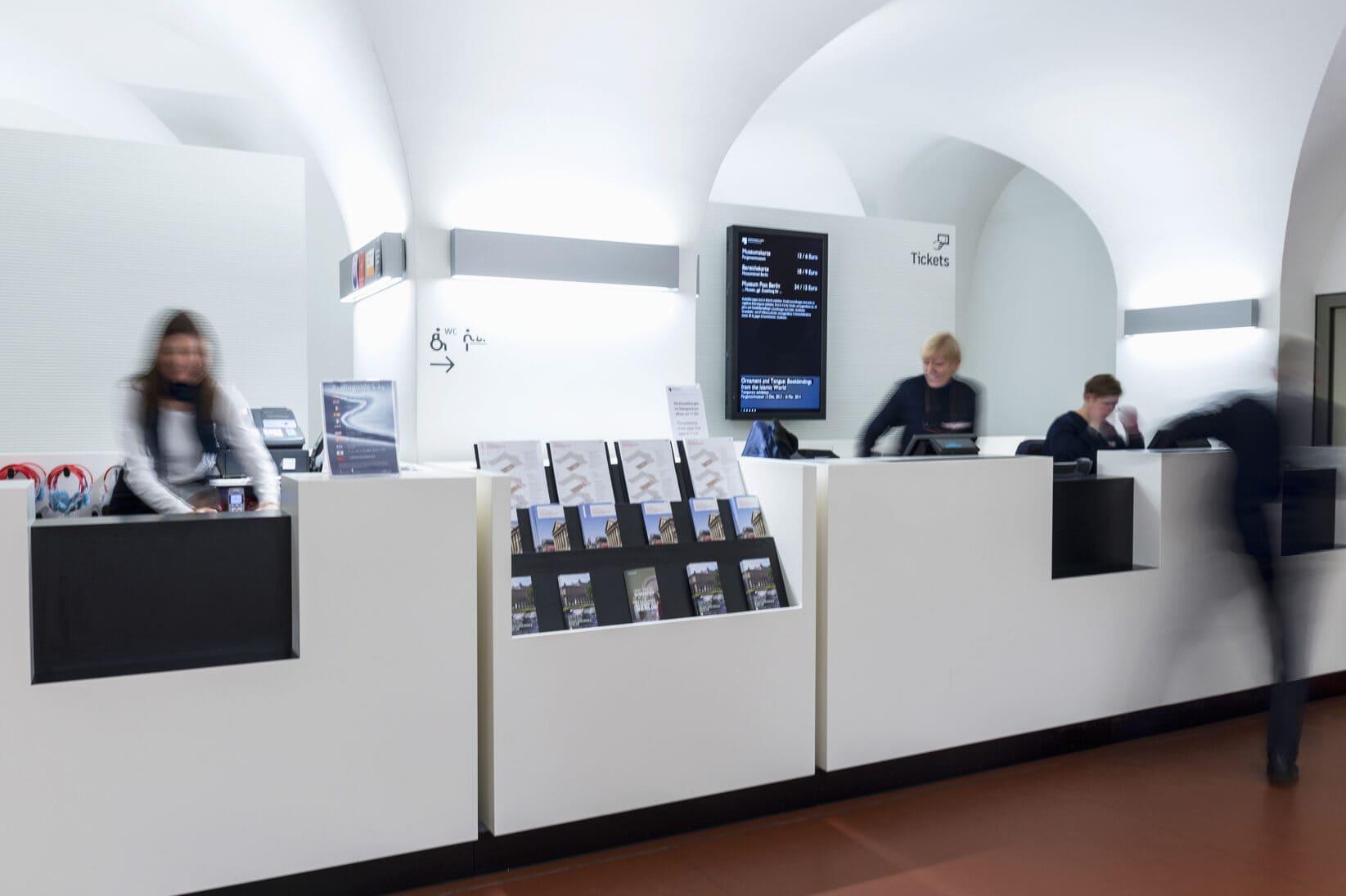 Museumsinsel Berlin Leitsystem Signaletik Gesamtkonzept Innenraum Eingangsbereich Infotresen Counter