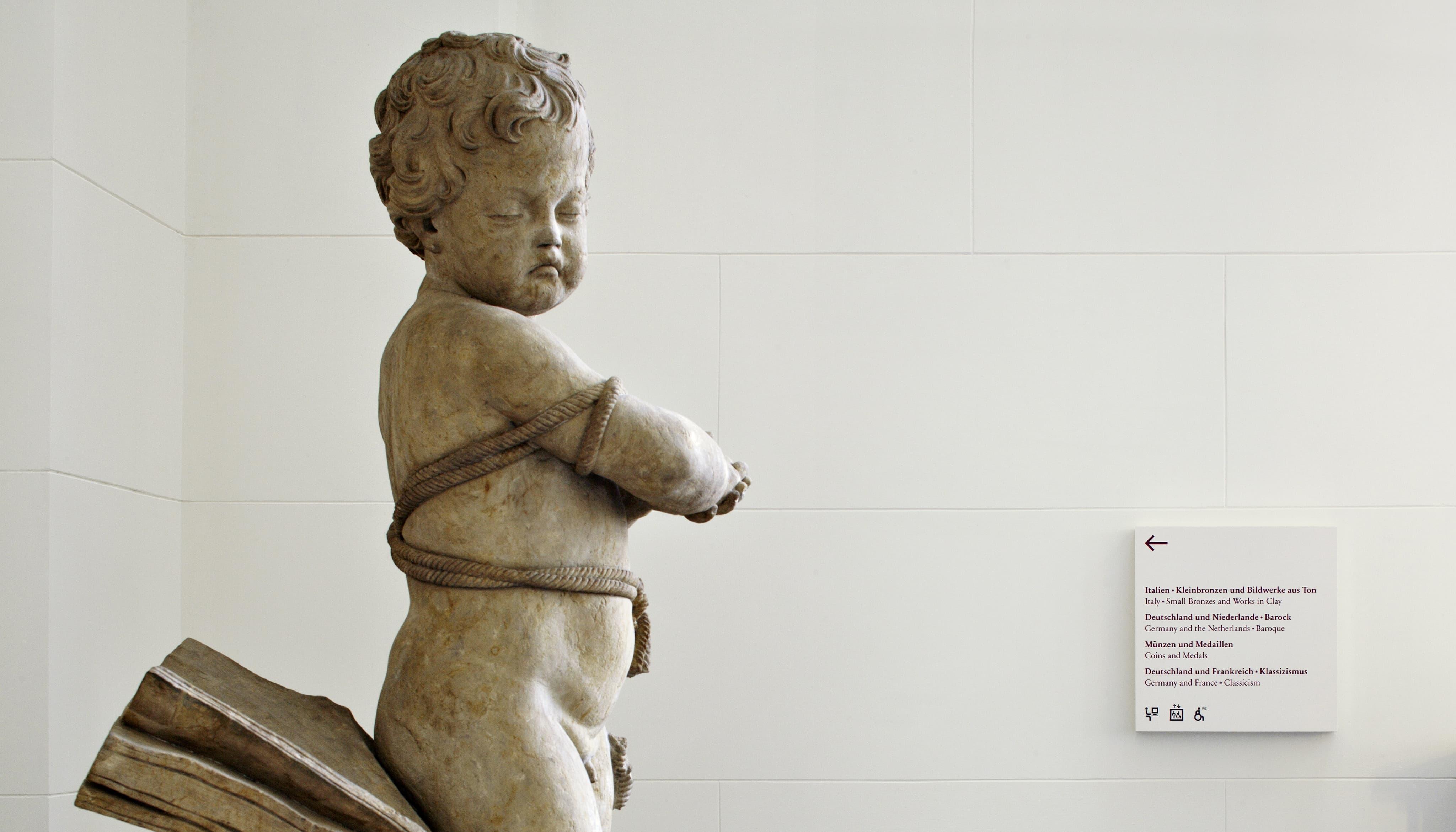 Museumsinsel Berlin Leitsystem Signaletik Gesamtkonzept Innenraum Wegweiser mit Skulptur