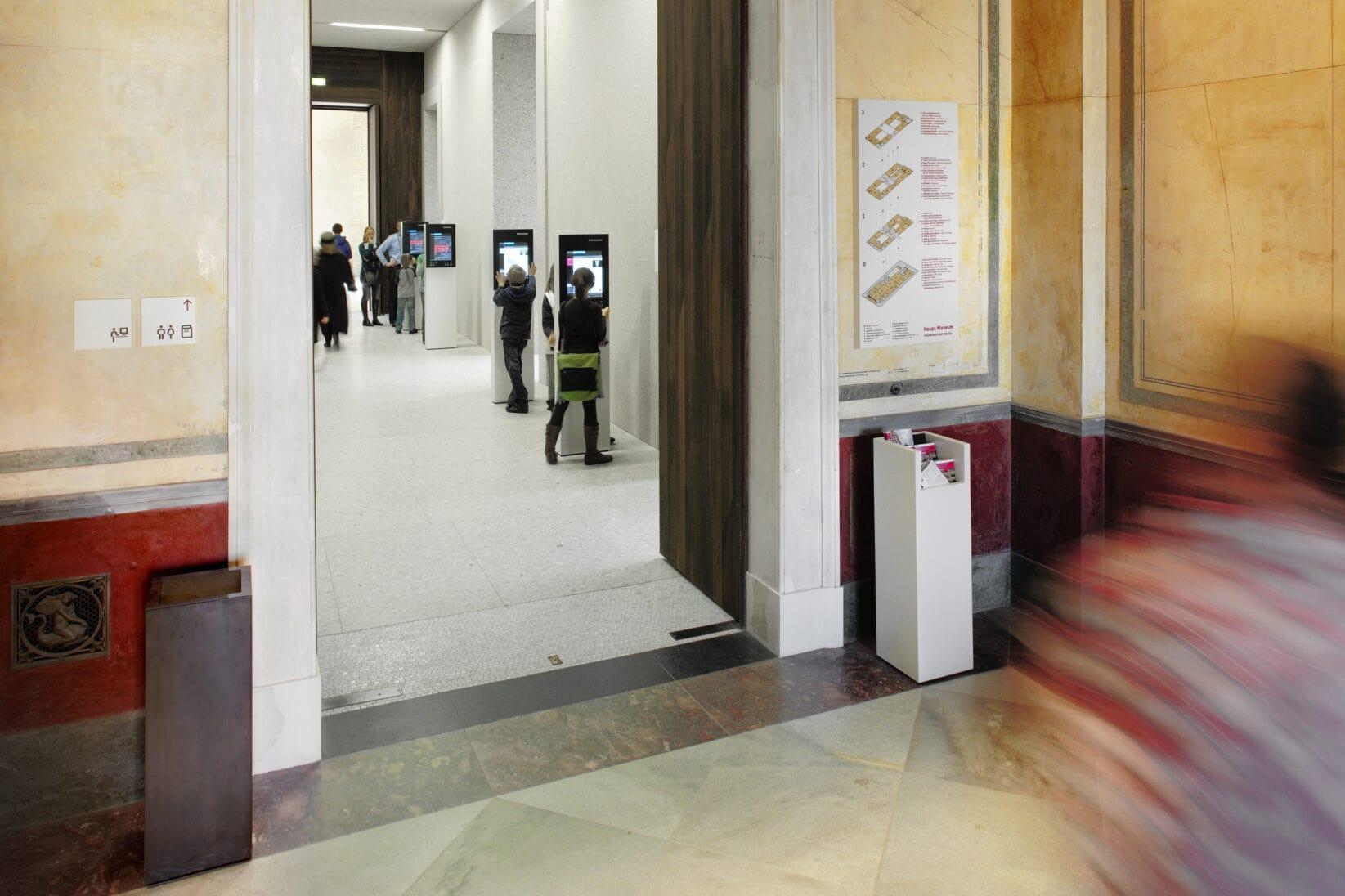 Museumsinsel Berlin NeuesMuseum Leitsystem Signaletik Gesamtkonzept Innenraum Wegweiser Orientierungsplan