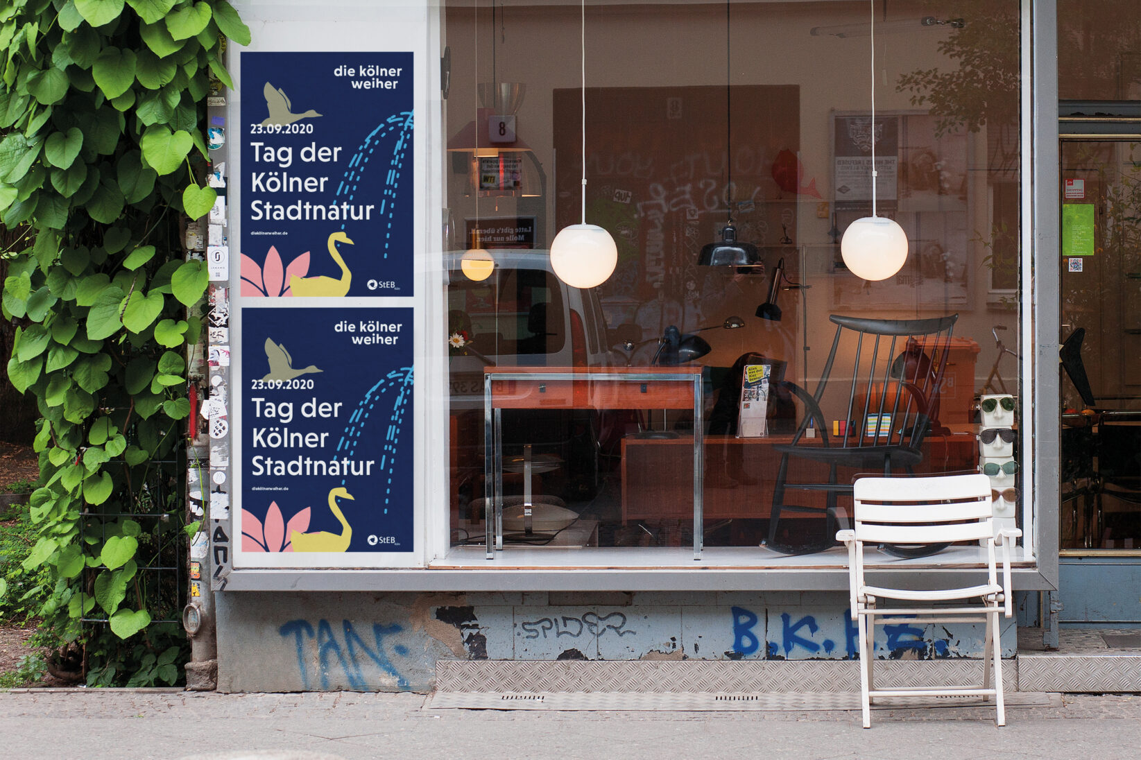Zwei Plakate im städtischen Kontext