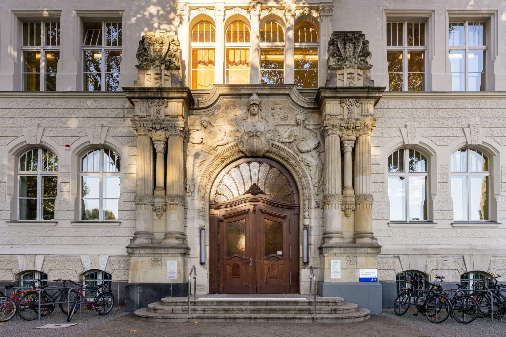 Eingang der Volkshochschule Tempelhof-Schöneberg mit neuen Leitschildern