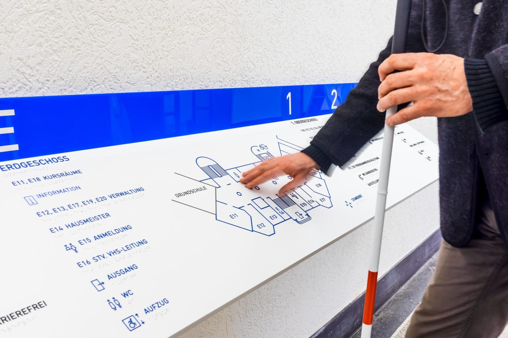 Ein tastbares Leitschild mit Braille
